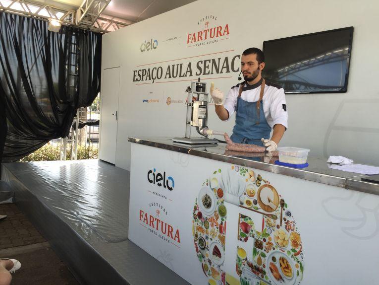 Chef Leonardo Magni dando uma aula de embutidos.