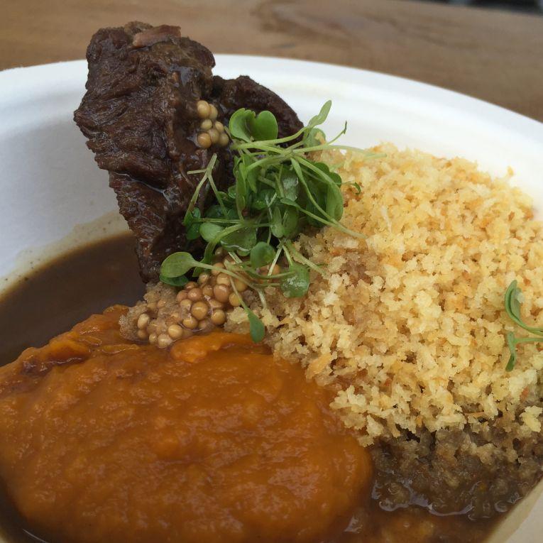 Bochacha de Boi com farofa de panko e purê de cabotiã do Chef Marcelo Shambeck